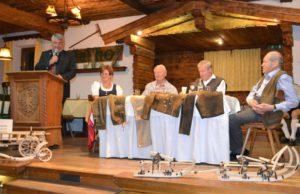 """Moderator Hans Brandstätter (v.l.) mit den """"Erzählern"""" Rosi Jöchl, Emmerich Pfeiler, Sepp Hechenberger und Georg Mühlberger, der auf der Bühne einige Miniaturen trappierte. Foto: ersiBILD"""